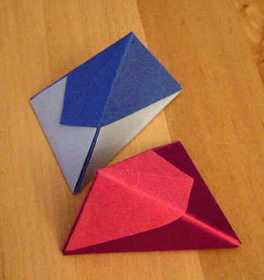 origamipage dreieckige schachteln. Black Bedroom Furniture Sets. Home Design Ideas